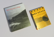 "Zwei Bücher zum Black Mountain College, die lange vergriffen waren: links ""An Experiment in Art"" (MIT Press), rechts ""Interdisciplinary Experiment in Art"" (Spector)."